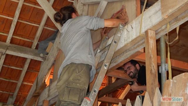 Installation de panneaux à l'effigie de nos partenaires de chantier : Bois & Paille !